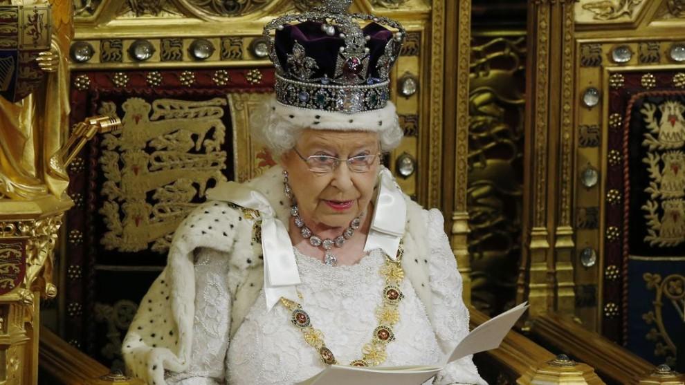 queen-elizabeth-reading